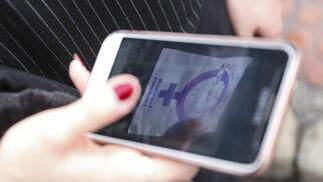 Detalle de un móvil con una proclama por el 8-M.