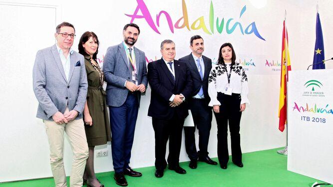 Directivos de Thomas Cook, Iberostar, Patronato de Turismo de Cádiz y Turespaña, ayer junto al consejero de Turismo y Deporte.