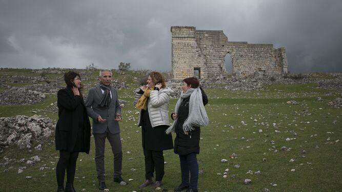 El consejero visitó el yacimiento junto a la alcaldesa de Ronda y varios de los ediles del gobierno local.