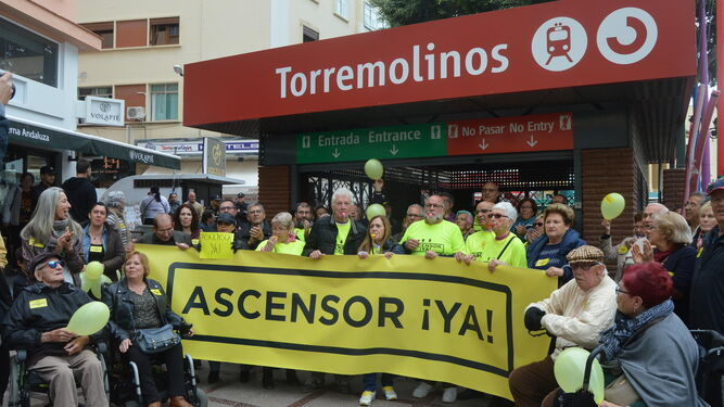 Vecinos e integrantes de la Plataforma Ciudadana Ascensor ¡Ya!, ayer en la entrada de la estación de tren de La Nogalera.