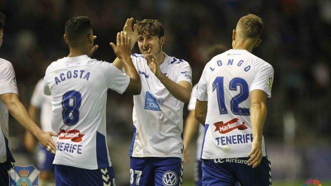 Mula, con la camiseta del Tenerife, celebra junto a Acosta y Longo.