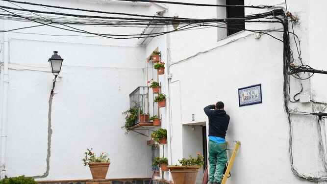 Trabajos para la eliminación de los cables que en estos momentos cruzan las calles por el aire.