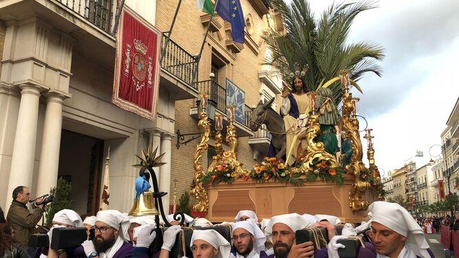 Hermanacos portan a Jesús en su Entrada en Jerusalén.