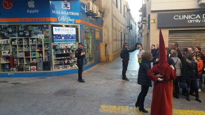 Un agente pide celeridad a unos viandantes en Tejón y Rodríguez.