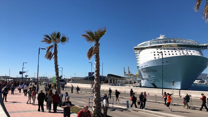 El mayor crucero del mundo da sus primeros pasos en Málaga