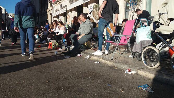 Gente espera a la cofradía del Rescate al inicio de la calle Carretería.