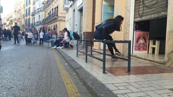 Un banco de metal ayer en Carretería.