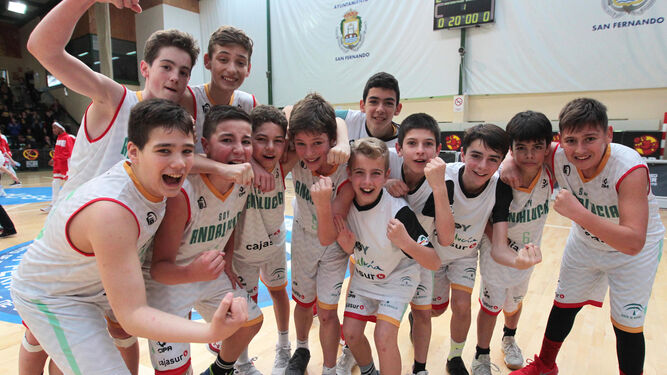 Las campeonas de España alzan el título.