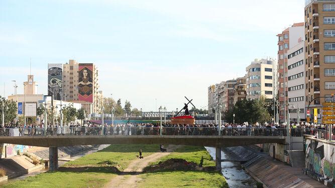 El Redentor del Mundo atraviesa el puente de la Misericordia dirección centro.