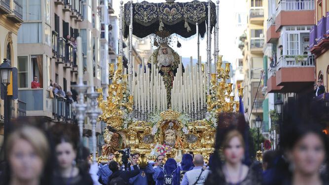 La Virgen del Amor, escoltada por mantillas.
