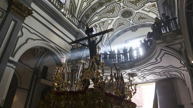 Un rayo de sol atraviesa el costado del Cristo de la Exaltación en la parroquia de San Juan.