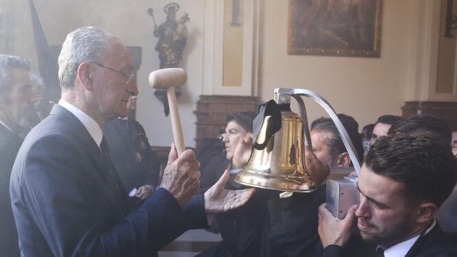 Francisco de la Torre levanta el trono de la Virgen de las Penas el pasado Martes Santo.