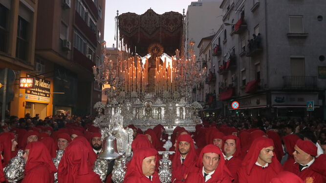 María Santísima de la Amargura Coronada sale de su casa hermandad en la procesión de Zamarrilla.