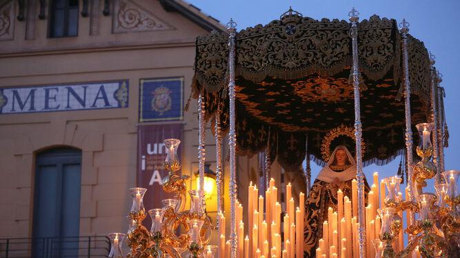 Multitudinaria salida de la Virgen de la Esperanza, momento álgido del Jueves Santo.