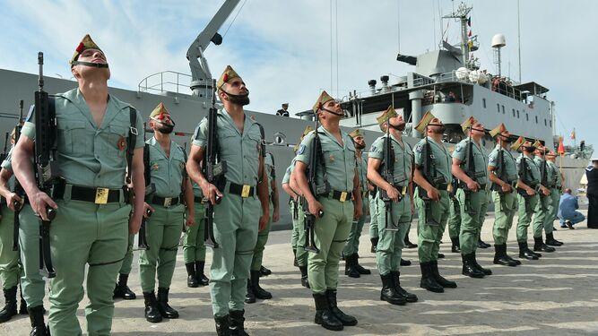 Los caballeros legionarios, tras el desembarco en el muelle 2.