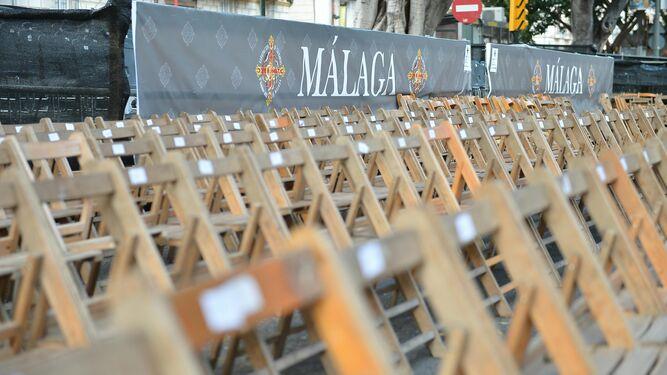 Las silas de la Alameda Principal, vacías antes de iniciar el Viernes Santo.