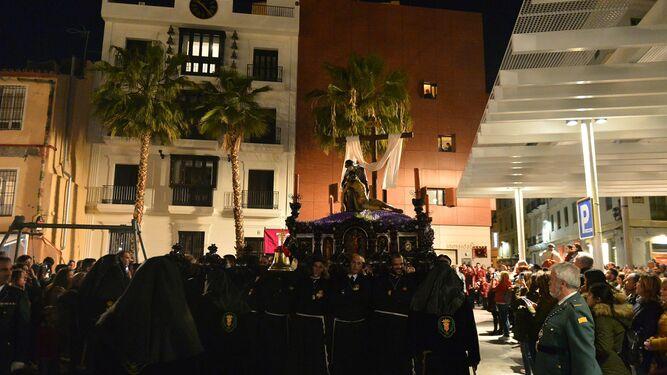 El Cristo del Amor avanza por Fernando El Católico hacia el centro histórico.