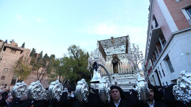 La Virgen de la Soledad del Sepulcro, tras su salida de la casa hermandad a su paso por calle Alcazabilla.