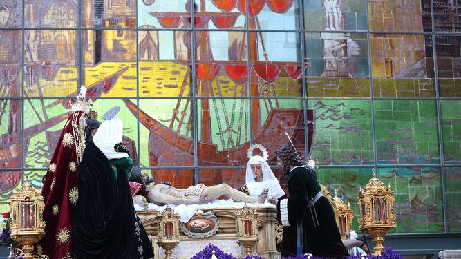 El Cristo Yacente y el misterio de su Sagrada Mortaja, ante la vidriera del Mercado de Atarazanas.