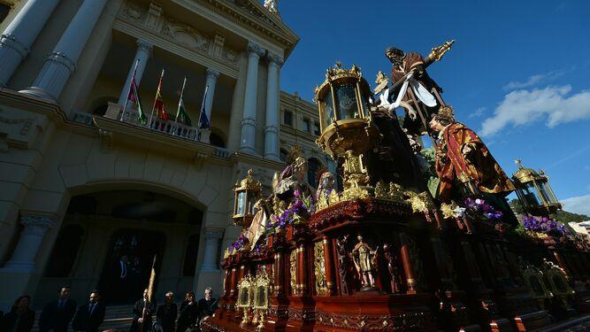 El trono del Descendimiento pasa por delante del Ayuntamiento de Málaga.