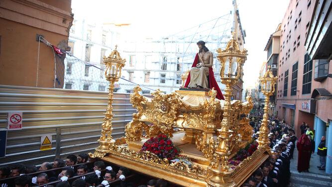 El Coronado de Espinas pasa el Lunes Santo frente a las obras de Tejón y Rodríguez con la calle expedita.