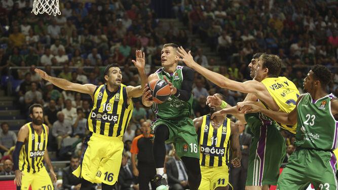 Nemanja Nedovic entra a canasta ante el Fenerbahce.