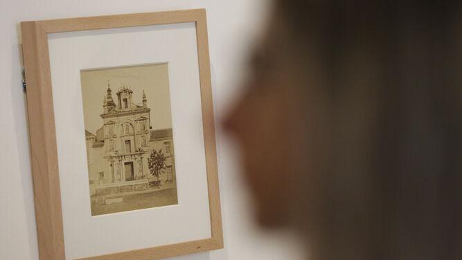 Una joven pasa junto a una de las imágenes de la muestra.