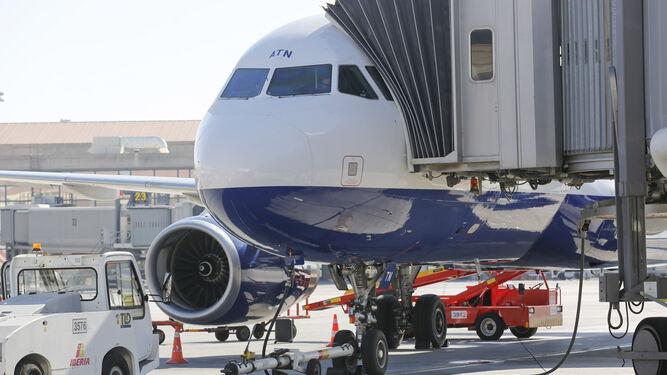 Un avión en la preparación antes de iniciar un vuelo desde Málaga.