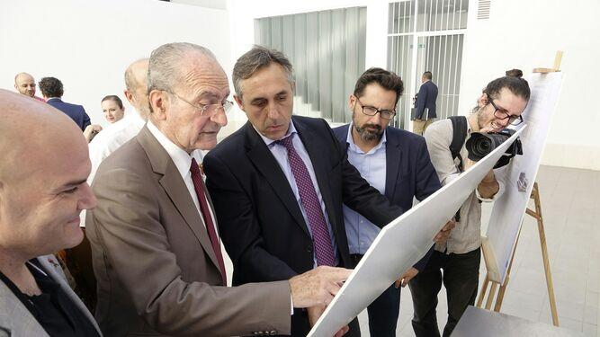 Francisco de la Torre, alcalde de Málaga; José María López Cerezo, gerente del IMV, y Francisco Pomares, concejal de Vivienda, en una imagen de archivo.