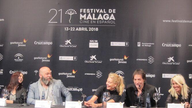 El equipo de 'No dormirás desplazado a Málaga, ayer, en la presentación de la película.