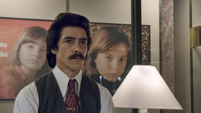 Óscar Jaenada, caracterizado como el padre de Luis Miguel.