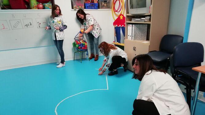 Profesionales de la Usmij preparan juegos terapéuticos.
