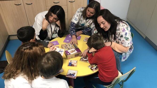 El equipo de la Unidad de Salud Mental Infanto Juvenil del Materno trabajando con niños.