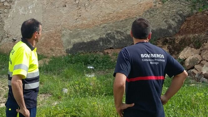 Bomberos y efectivos del Ayuntamiento de Benaoján inspeccionan una zona tras el terremoto.
