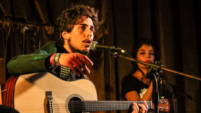 Kiki Morente, al cante y a la guitarra en un concierto.