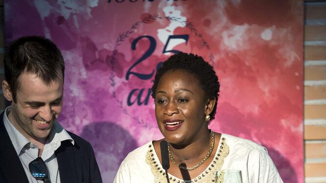 Caddy Adzuba durante su intervención ayer. Al lado, su traductor.
