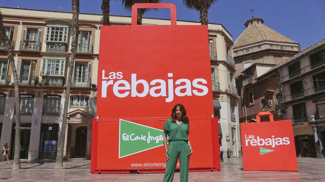 El Corte Inglés Adelanta Sus Rebajas Y Lleva Su Inconfundible Bolsa A La Calle