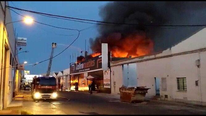 Un incendio quema una tienda de muebles en el pol gono el viso for Muebles en malaga poligono el viso