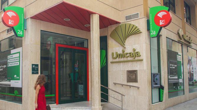 Unicaja banco concluye la fusi n de espa aduero e for Unicaja oficinas