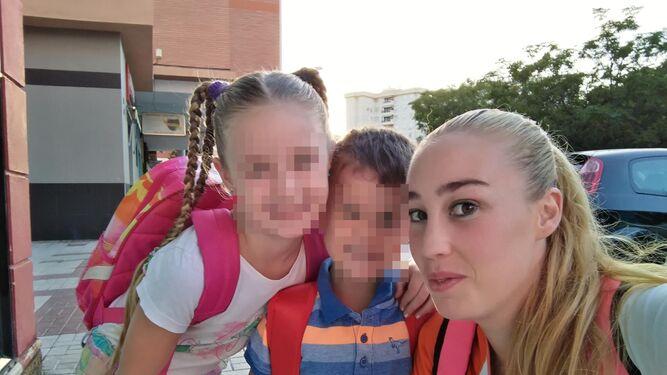 Lorena, con sus dos hijos.