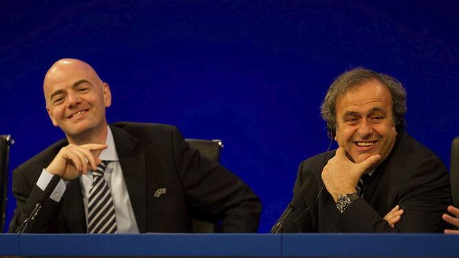 La UEFA 'perdonó' a PSG y Manchester City mientras sancionaba al Málaga Gianni-Infantino-Michel-Platini_1296780982_90837902_667x375