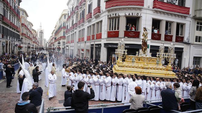 15ecc119b49 El Cristo Resucitado alcanza con el nuevo trono proyectado por Fernando  Prini hacia calle Larios.