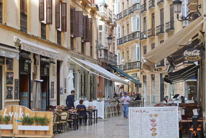 Vista de las terrazas instaladas en la calle Strachan, también estudiada por el OMAU.