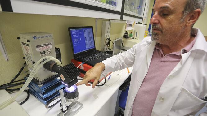 El profesor de Dermatología José Aguilera mide el factor de protección en un simulador solar.