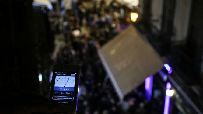 Imagen de la medición del ruido realizada por un vecino de la Plaza Mitjana.