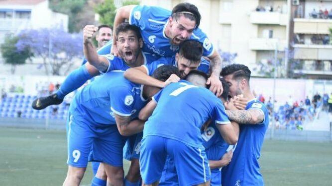 Jugadores de El Palo tras un gol.
