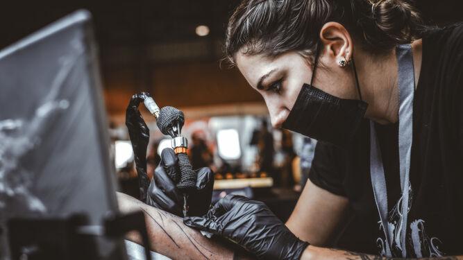 La tatuadora Laura Ortiz inyecta su arte en la piel de sus clientes.