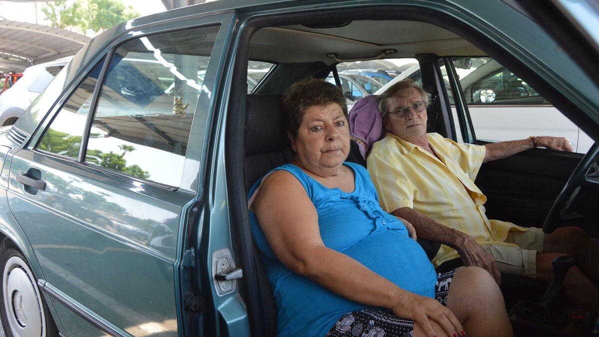Muere el hombre que dormía con su mujer en un coche en Mijas