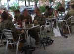 Sanción al oficial al mando de los legionarios de Ronda que se tomaron unas cervezas en la terraza d ...