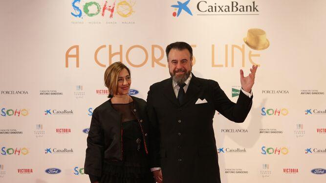 Carlos Álvarez junto a su pareja.